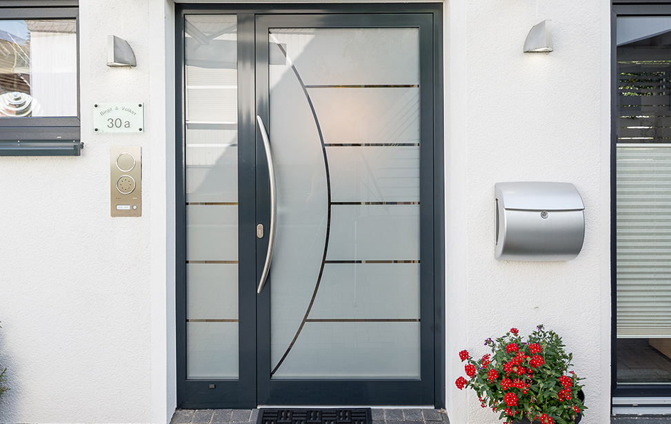 ein einladender hauseingang aluminium haust ren schaumann gmbh. Black Bedroom Furniture Sets. Home Design Ideas